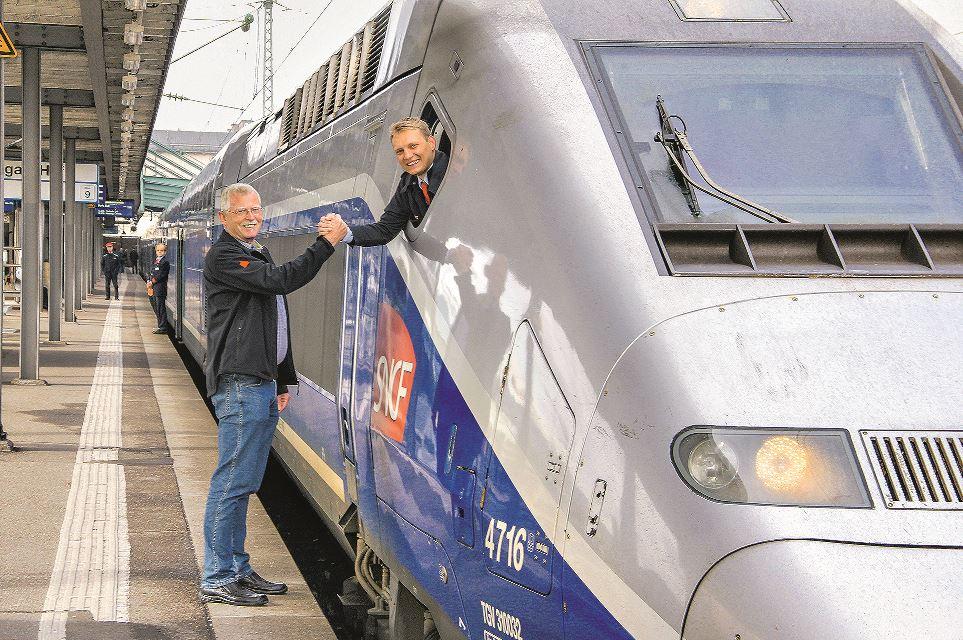 Lokführer unter sich: Klaus Zwick (l.) verabschiedet Felix Wilhalm am Stuttgarter Hauptbahnhof. Dieser steuert den TGV direkt na