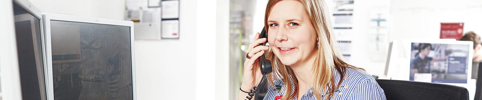 DB_Schenker_M40__Professional-White-Collar-Female_DeskPhone-data