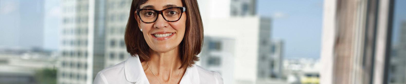 DB_Schenker_M01_Professional-White-Collar-Female_WindowViewPhone-data