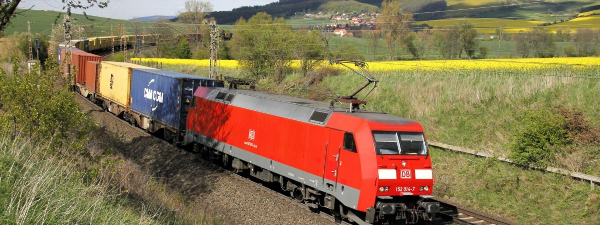 Güterzug mit Ellok der Baureihe 152