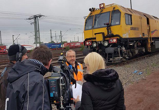 Andreas Nowosatko (DB Netz) erläutert dem TV-Team die EAGLE ONE.