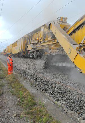 Bettungs-Reinigungsmaschine der DB Bahnbau Gruppe im Einsatz auf der Schnellfahrstrecke Berlin – Hannover