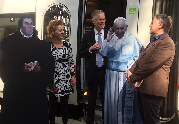 Papst und Luther aus Pappe in Lebensgröße