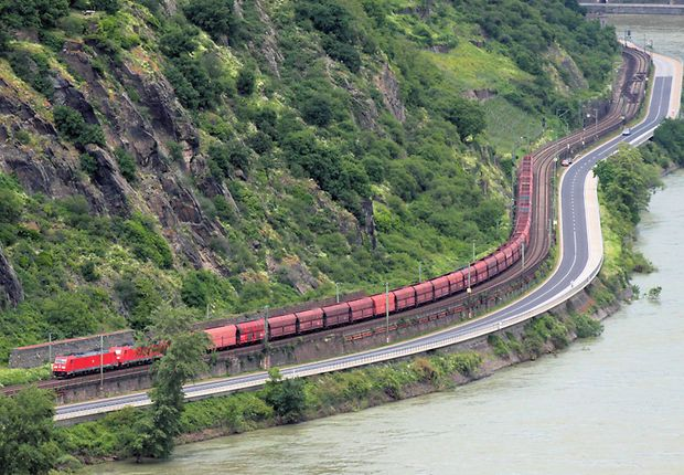 Güterzug im Mittelrheintal bei Oberwesel (linke Rheinstrecke)
