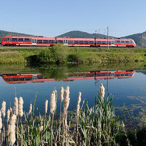 Ein Triebzug der Baureihe ET 442 auf der Saalbahn bei Uhlstädt