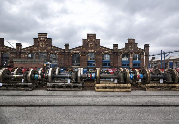 Vor historischer Fassade warten Achsen auf ihren Einsatz