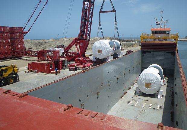 Ein 600-Tonnen-Kran lädt die Turbinen in Burullus aus.