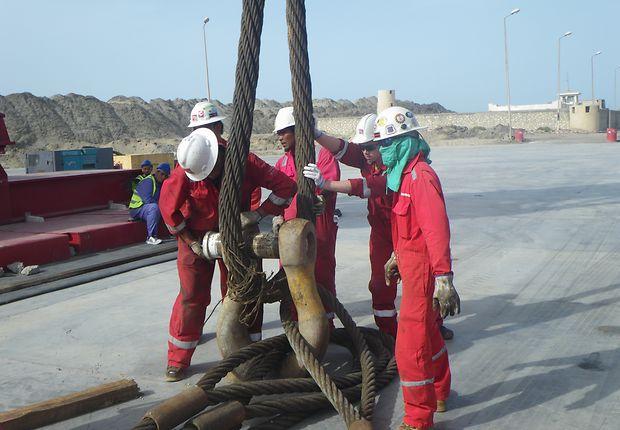Mit Stahltrossen werden die schweren Teile wie Generatoren und Turbinen angehoben.