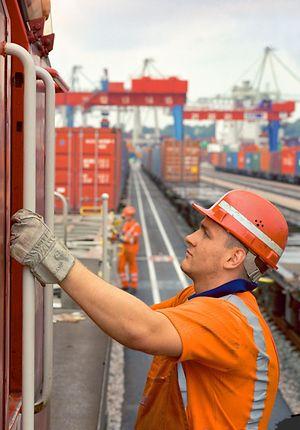DB Mitarbeiter bei Containerverladung