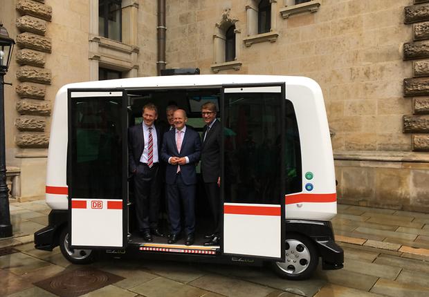 Die Protagonisten stellen einen autonom fahrenden Elektrobus vor