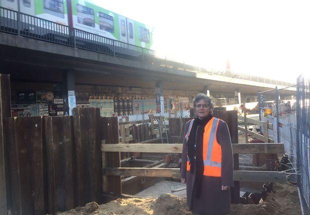 Frau In Warnweste auf der Baustelle
