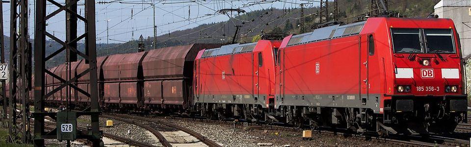 Doppeltraktion Ellok Baureihe 185 mit Kohlenganzzug