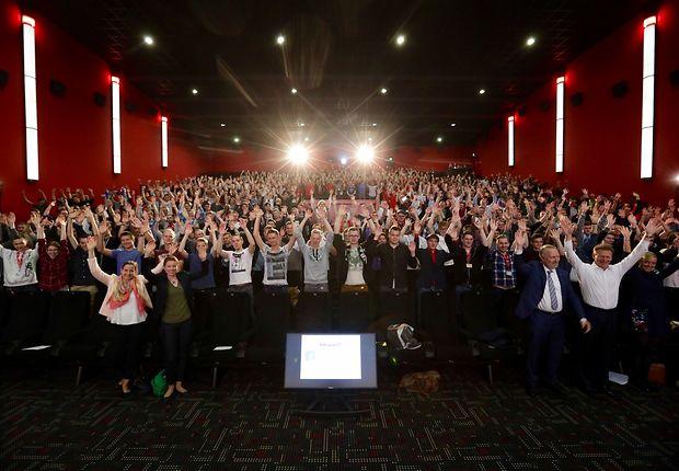 Bei so vielen braucht es schon einen Kinosaal: Begrüßung der Neuen in Berlin