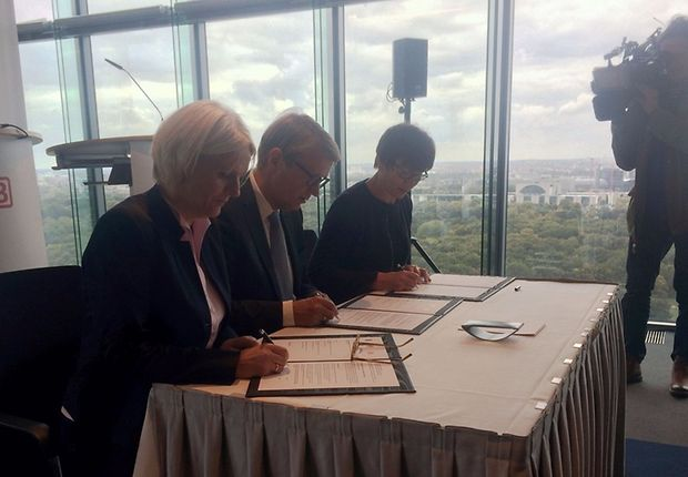 Regine Günther, Ronald Pofalla und Kathrin Schneider unterzeichnen die Vereinbarung