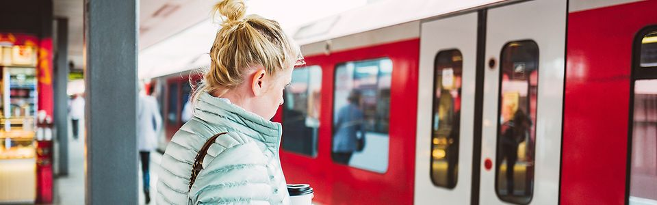 Frau mit Handy und WLAN-Zeichen
