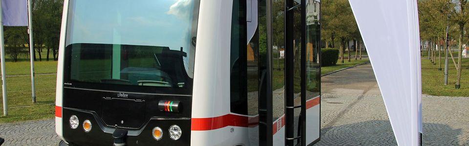 Weißer, kleiner Bus