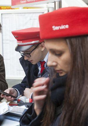 Reisendeninformation - Menschen am Stand bei DB_Service