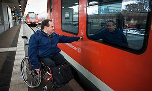 Rollstuhlfahrer steigt über Einstiegshilfe in den Nahverkehrszug (S-Bahn ET 425) ein