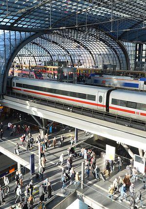 Berlin Hbf - ICE aus Köln am Bahnsteig 11
