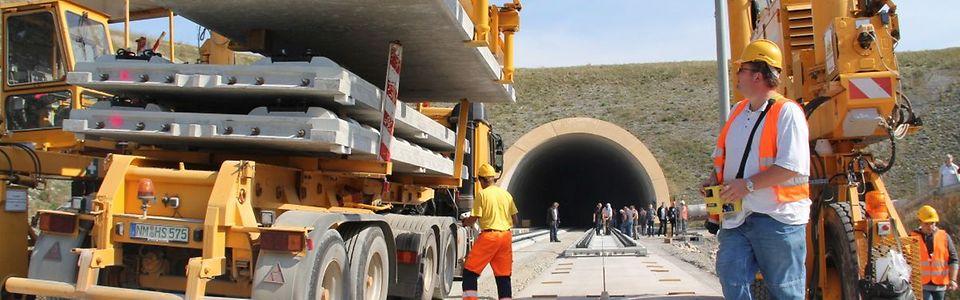 Verlegung Feste Fahrbahn mit vorgefertigten Fertigteilelementen bei Erfurt-Bischleben am Südportal des Tunnels Augustaburg