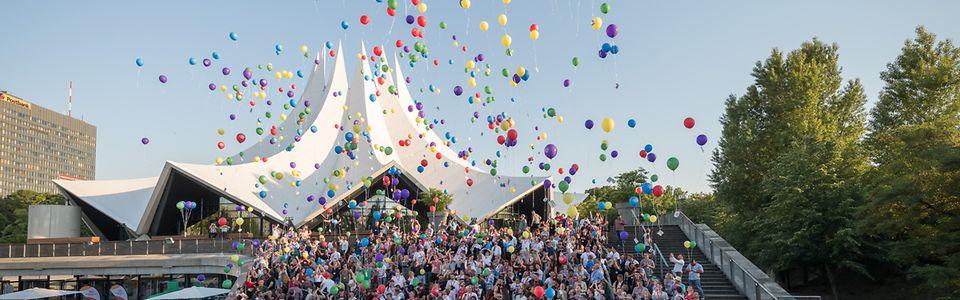 Azubis gegen Hass und Gewalt lassen Luftballons steigen
