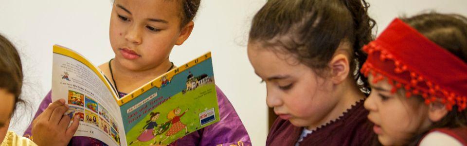 Kinder beim Entdecken und Lesen der Bücher im Internationalen Familienzentrum im Frankfurter Ostend
