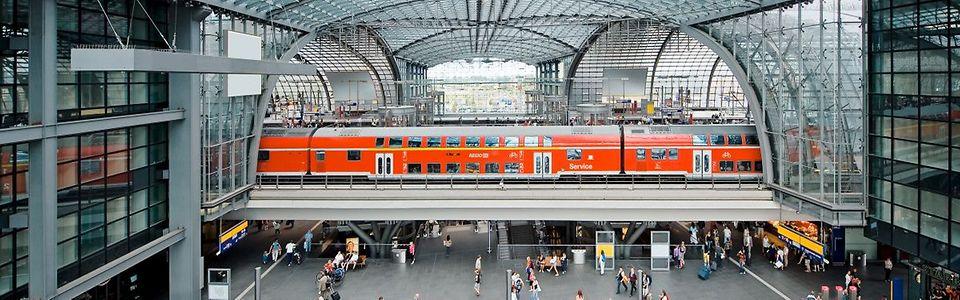 Blick in die Bahnsteighalle Berlin Hbf