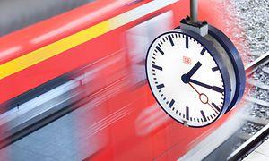 Bahnhofsuhr mit Regionalzug