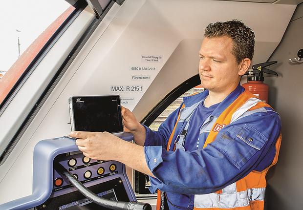 Mechatroniker Marco Block aus Köln installiert ein Display im Führerstand eines Dieselfahrzeugs.