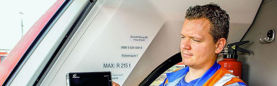 Mechatroniker Marco Block aus Köln installiert das Display im Führerstand