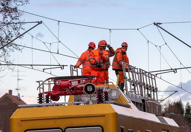 Kollegen auf dem DB Turmtriebwagen reparieren die Oberleitung bei Fürstenfeldbruck. (Quelle dpa)