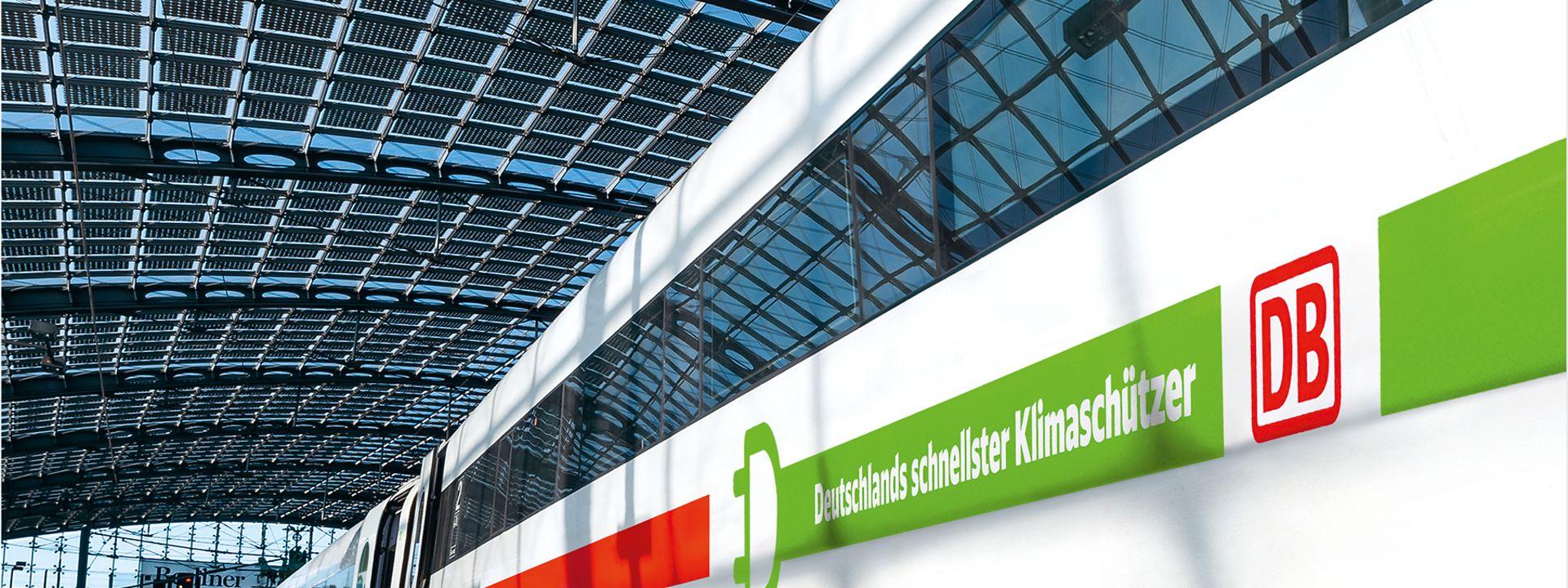 Grüner ICE im Bahnhof