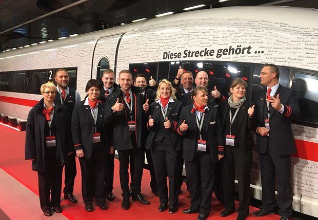 Berlin: Das Bordservice-Team nach erfolgreicher Eröffnungsfahrt
