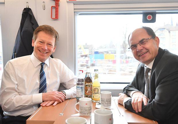 Plausch im Zug: DB-Chef Richard Lutz und Christian Schmidt, Bundesminister für Ernährung und Landwirtschaft